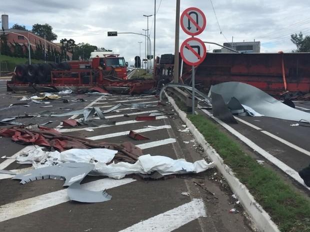 Acidente entre cinco veículos deixa nove feridos na ERS-122, em Farroupilha (RS) (Foto: CRBM/Divulgação)