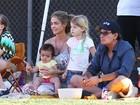 Charlie Sheen assiste a jogo de futebol com ex-mulher e filhas