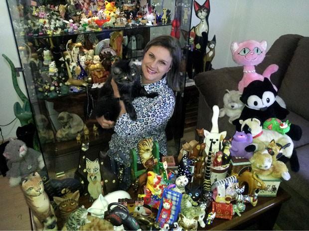 professora reúne maior coleção sobre gatos do Brasil