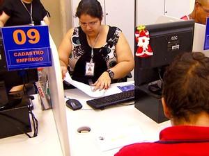 Pessoas em busca de vagas no CPAT, o balcão de emprego da prefeitura de Campinas (Foto: Reprodução / EPTV)