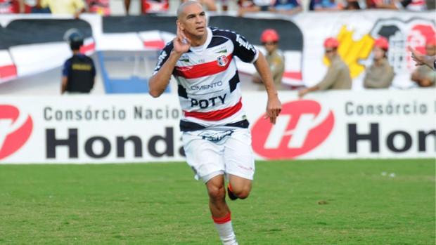Fabrício Ceará comemora gol em cima do Águia de Marabá (Foto: Aldo Carneiro/Pernambuco Press)