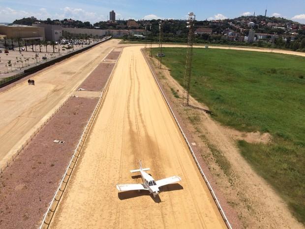 Monomotor faz pouso de emergência no Jockey Club Porto Alegre Rio Grande do Sul (Foto: Divulgacão/Sikorski Serviços Aéreos)