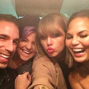 Kelly Osbourne e Taylor Swift com amigos em Nova York, nos Estados Unidos (Foto: Instagram/ Reprodução)
