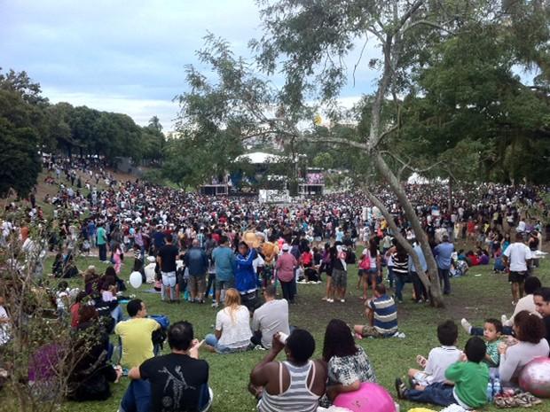 Sem chuva, milhares de pessoas ocuparam os gramados da Quinta para a festa (Foto: Alba Valéria Mendonça/ G1)