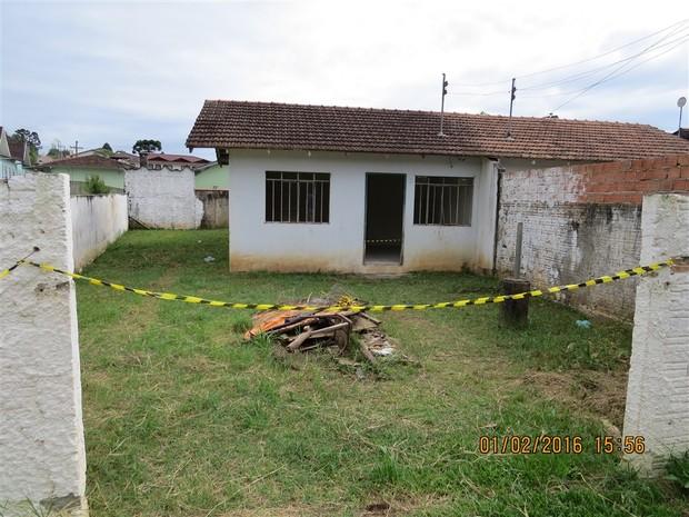 Mulher foi encontrada esfaqueada nesta casa abandonada (Foto: Polícia Civil/Divulgação)