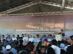 Estiveram presentes os governadores do Rio Grande do Norte, Robinson Faria e da Paraíba, Ricardo Coutinho, além de lideranças políticas (Foto: Taisa Alencar / G1)