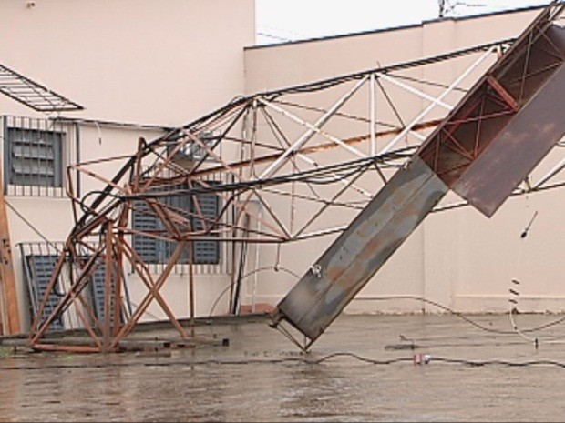 Torre caiu com a força do vento na noite de domingo  (Foto: Reprodução/TV TEM)