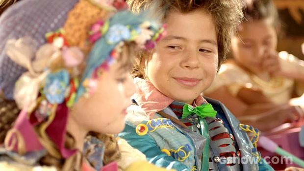 serelepe não esconde a alegria com a visita de Pituca (Foto: Meu Pedacinho de Chão/TV Globo)
