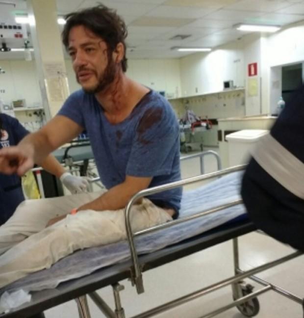 Igor Cotrim aparece no hospital logo após assalto (Foto: Leonardo Alvarenga)