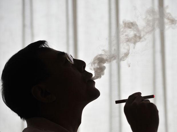 Inventor do cigarro eletrônico fuma produto em demonstração ocorrida em Pequim, em 2009 (Foto: Arquivo/AFP)