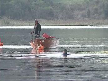 Bombeiros encontraram os dois homens, que morreram após o bote virar, na represa de Alagados, em Ponta Grossa (Foto: Reprodução/RPC TV)