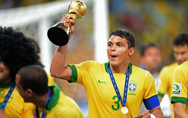 Thiago Silva comemoração Brasil taça (Foto: AFP)