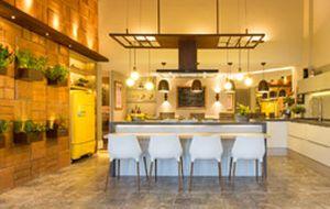 Cozinhas coloridas estão em alta na decoração; veja ideias