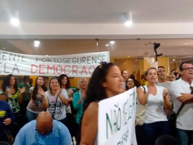 Manifestantes levaram cartazes contra aumento (Foto: Taísa Moura/TV Santa Cruz)