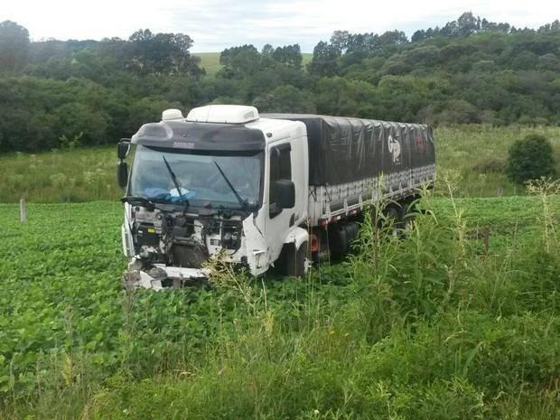 PRF atende a acidente com quatro mortes na BR-386 em Santo Antônio do Planalto, RS (Foto: Dulci Sachetti/RBS TV)