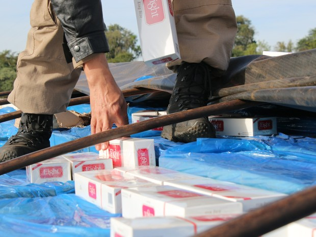 Segundo os motoristas presos por contrabando, cargas de cigarros apreendidos seriam levadas de Mundo Novo (MS) para São Paulo (SP) (Foto: PRF/ Divulgação)