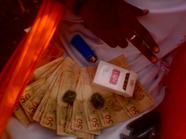 Menores exibiam dinheiro que recebia pelos crimes (Foto: Divulgação/Polícia Militar)