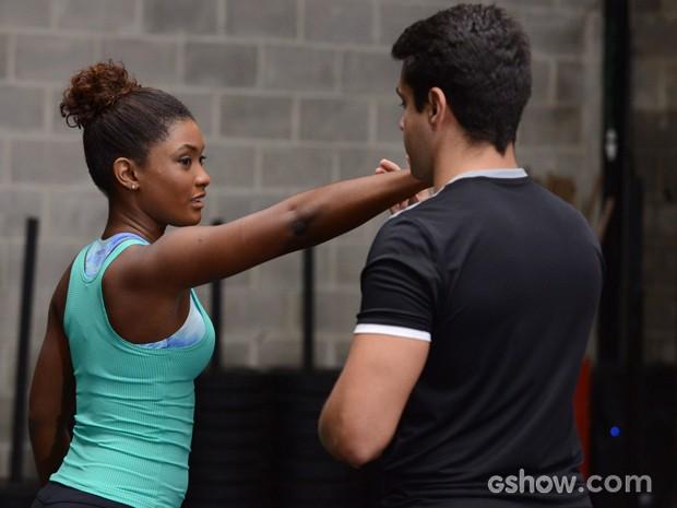 Alice treina para valer para aprender a se defender (Foto: Raphael Dias/TV Globo)