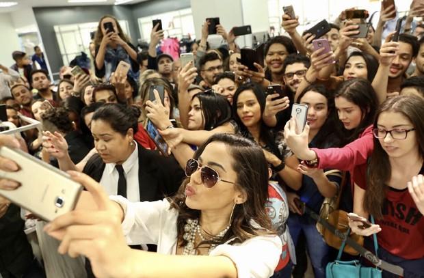 Anitta com fãs em Belo Horizonte (Foto: Edy Fernandes/Brazil News)
