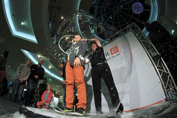 Matej Kodes estabeleceu novo recorde ao colocar 435 pessoas dentro de bolhas de sabão em uma hora (Foto: Radek Mica/AFP)