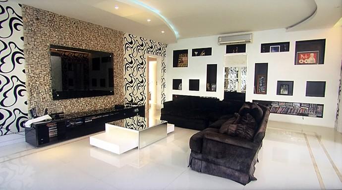 A sala em branco e preto é clássica e requintada (Foto: TV Globo)