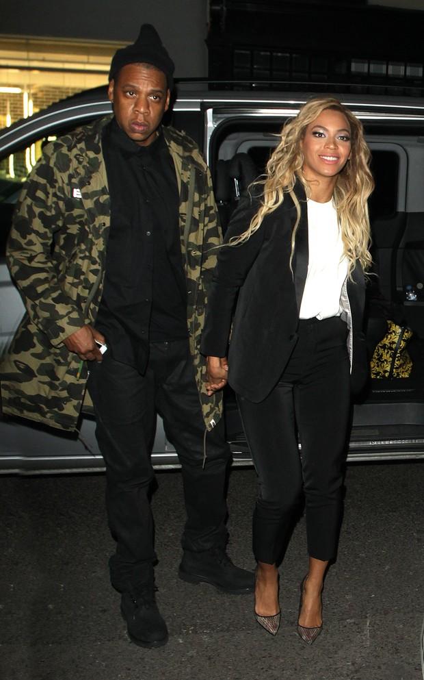 Jay-Z mostra cavalheirismo e ajuda Beyoncé a sair de carro em Londres