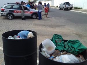 Feto foi encontrado dentro de lata de lixo em João Pessoa (Foto: Walter Paparazzo/G1)