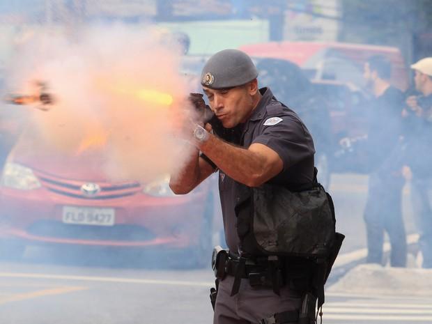 Policial atira durante ato próximo à USP (Foto: Werther Santana/ Estadão Conteúdo)