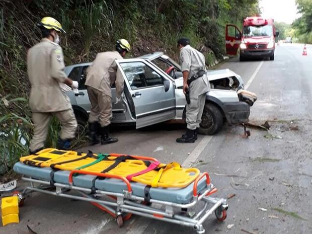 Motorista ficou ferido após sair de pista e colidir com pedras e vegetação, na GO-164, em Goiás (Foto: Divulgação/Corpo de Bombeiros)