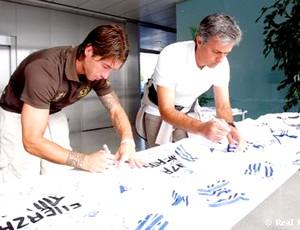 sergio ramos e mourinho assinam camisas para mineiros no chile (Foto: divulgação Site Oficial do Real Madrid)