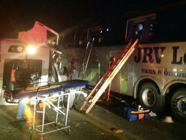 Acidente entre carreta e ônibus deixa mortos e feridos na BR-040 (Foto: Corpo de Bombeiros/Divulgação)
