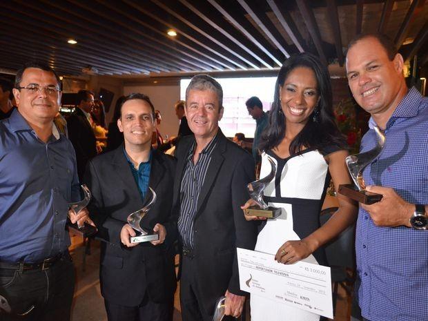Repórteres comemoram premiação pelas reportagens produzidas neste ano (Foto: Flávio Antunes/G1 Sergipe)