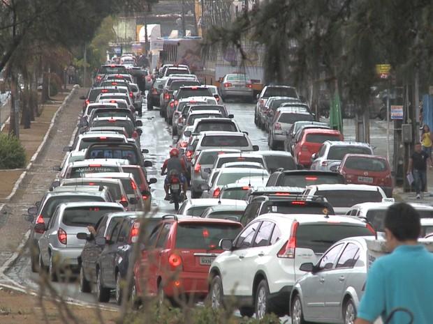 Fila quilométricas de carros se formaram nas avenidas de São Luís (Foto: Elson Paiva / TV Mirante)