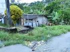 População 'dribla' esgoto para transitar em rua da Z. Norte de Manaus