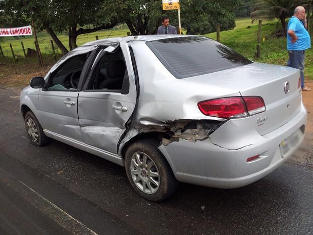 Carro de passeio foi atingido por caminhão. (Foto: Reprodução/TV Gazeta)