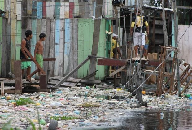Lixo toma invade Igarapé do 40 (Foto: Carlos Eduardo Matos/G1)