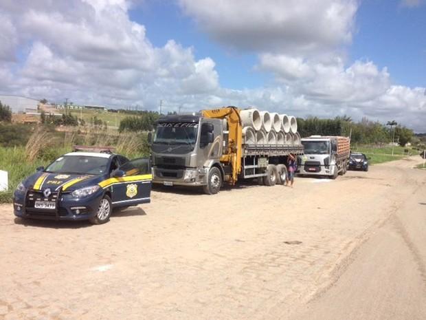 Excesso de peso pode causar acidentes e prejudica o asfalto (Foto: PRF/Divulgação)