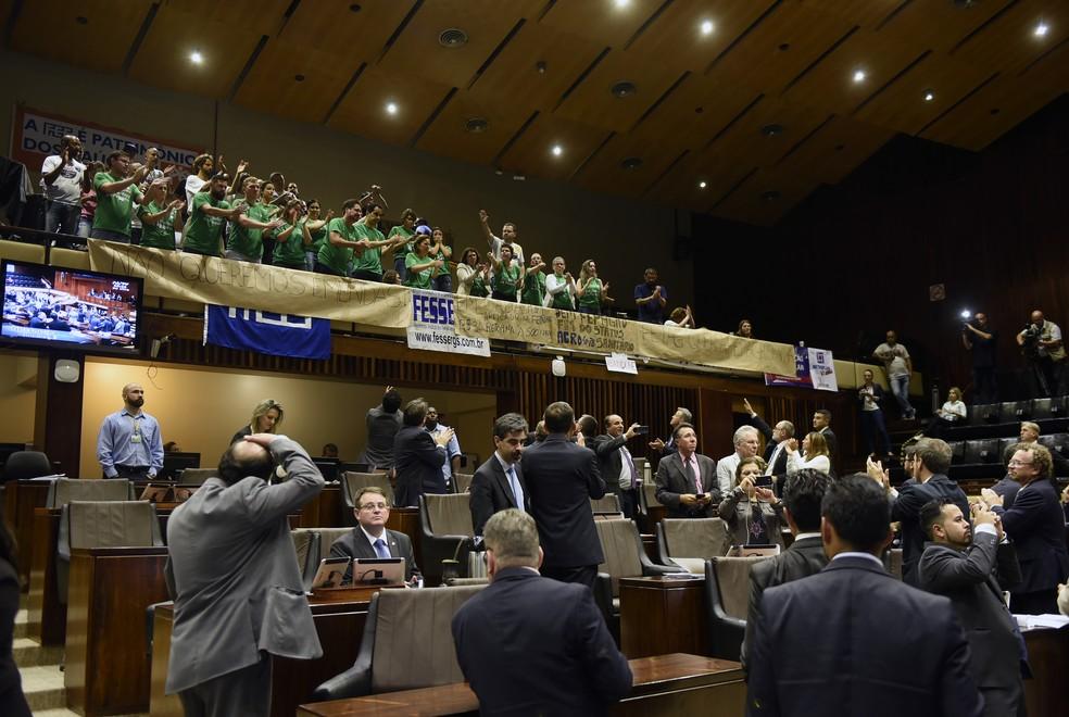Sob protestos de servidores, deputados aprovaram extinções de fundações no ano passado (Foto: Divulgação/ALRS)