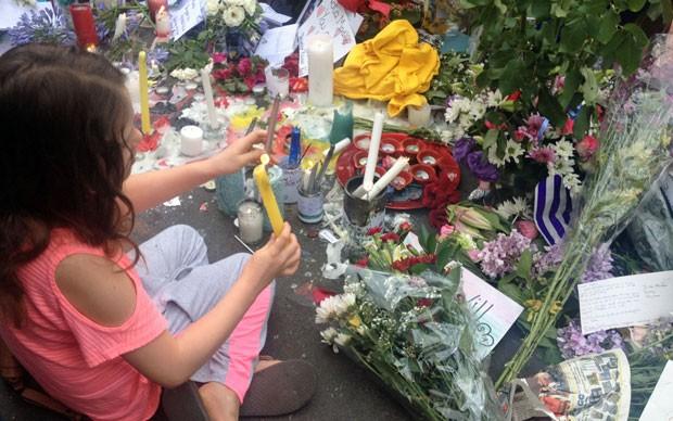 Vigília na casa de Mandela tem flores, velas e canto africano (Foto: Giovana Sanchez/G1)