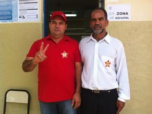 Branquinho  do PT chegou à Escola Estadual Mendes Oliveira por volta das 11h30 (Foto: Michelly Oda)