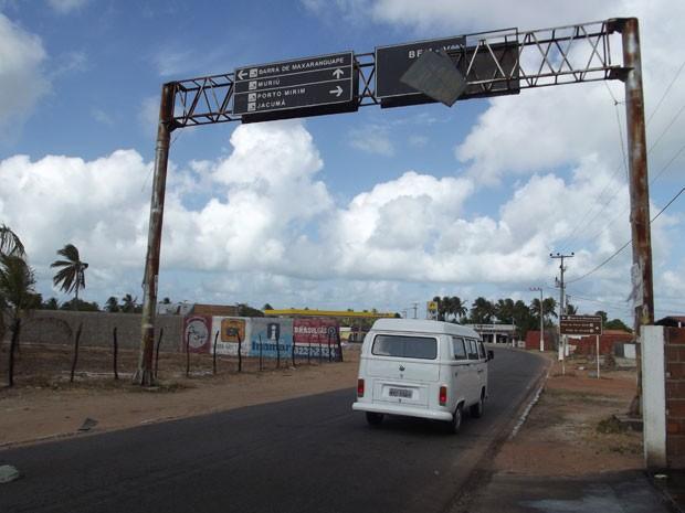 Placa está prestes a cair sobre a pista (Foto: Rafael Barbosa/G1)