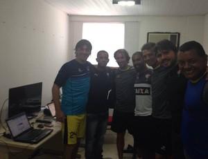 Jogadores do Universidad Vallejo com membros da comissão técnica do Vitória (Foto: Divulgação/Universidad Vallejo)