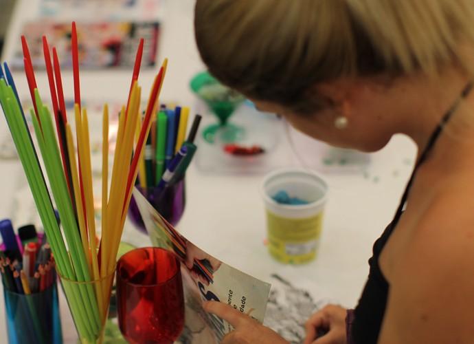 Lápis de cor e canetinhas dão o tom em um espaço do local (Foto: Gshow)