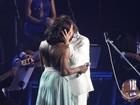 Glória Maria ganha beijão de Roberto Carlos em gravação de show