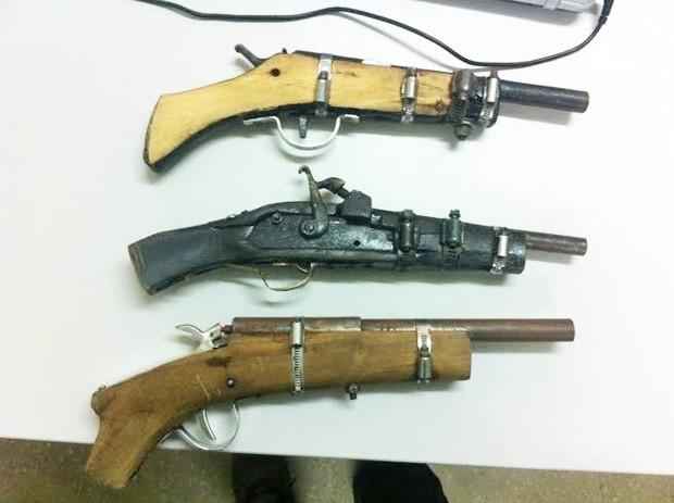 Nas residências dos irmãos foram apreendidas três armas de fogo de fabricação caseira (Foto: Divulgação/Polícia Civil)