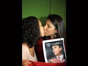 Jovens protestam com beijaço na entrada da presidência da câmara contra o Deputado Jair Bolsonaro na presidência da comissão de direitos humanos. (Foto: Joel Rodrigues/Frame/Estadão Conteúdo)