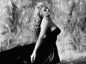 A atriz Anita Ekberg em cena de 'A doce vida' (1960), de Fellini (Foto: Divulgação)