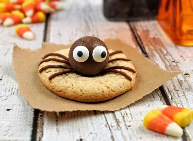 Com bombons de chocolate e biscotinhos de cardamomo, você pode fazer docinhos nada medonhos em formato de aranha.  (Foto: Thinkstock)