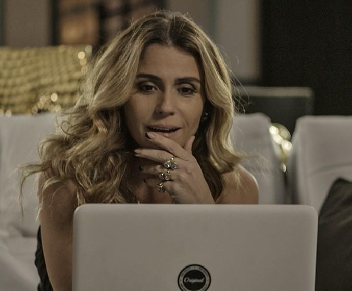 Atena flagra a Ursinha de Romero no computador e a convida para uma festinha a três (Foto: TV Globo)