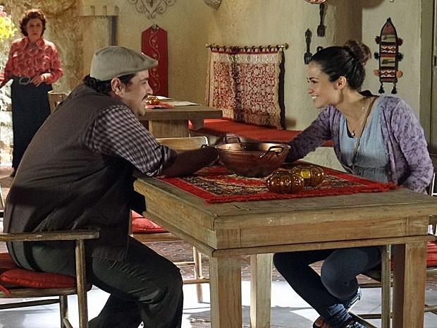 Cyla se espanta ao ver Morena e Demir de mãos dadas (Foto: Salve Jorge/TV Globo)